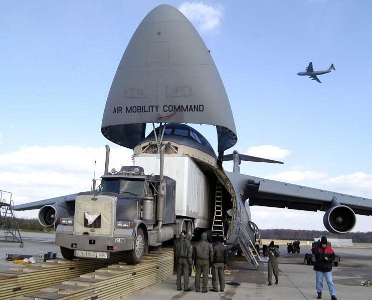 美国军机进行飞翔练习时起落架上两轮胎掉落