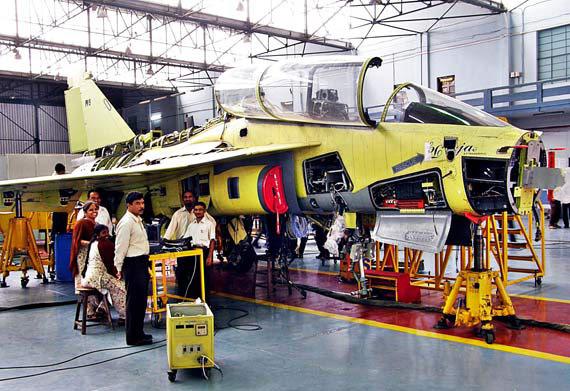 印度国产LCA双座型战机首飞成功