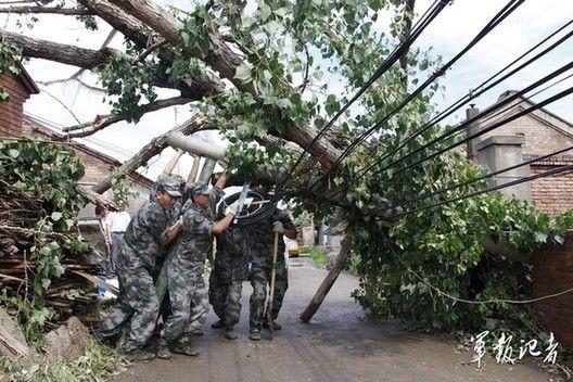 北京遭受61年来最大暴雨 解放军武警参与暴雨救灾