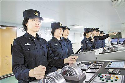 中国海军第一批全科目训练女舰员配属井冈山号两栖舰