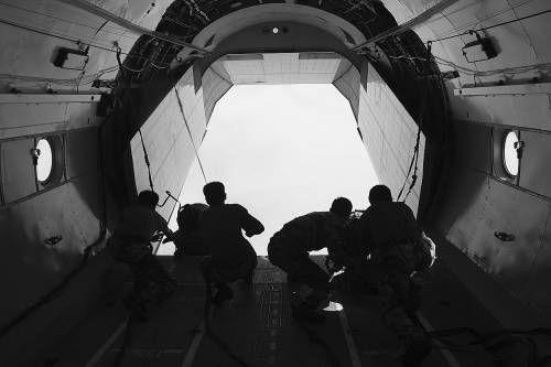 """中国空军运输机在""""三无条件""""下演练长途空中投递"""