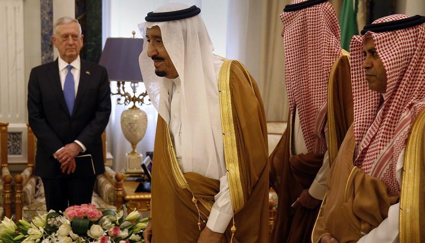 逾1200辆战车被毁,沙特的资金储藏从7370亿美元降至4370亿美元